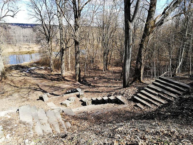 Особой изюминкой нового дома была веранда, от которой к реке вела широкая гранитная лестница. Вот кроме лестницы от дома ничего больше и не осталось. К несчастью во время Великой отечественной войны немцы дом Тенишевых уничтожили.