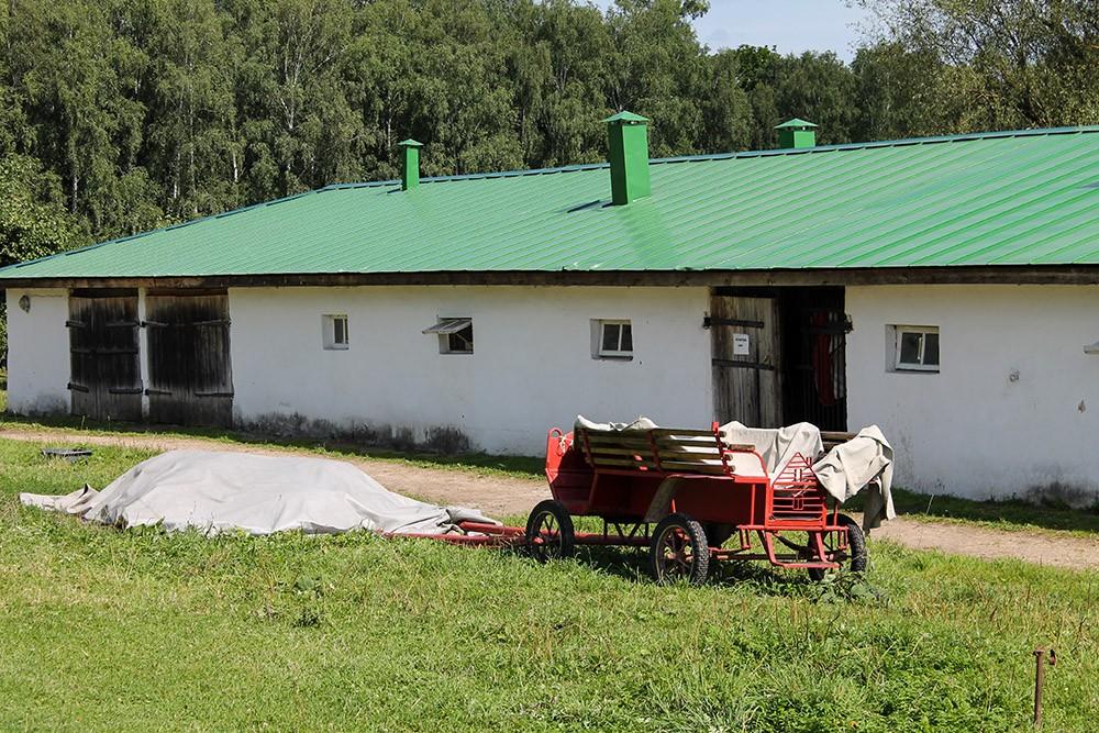 Конюшня в Ясной Поляне