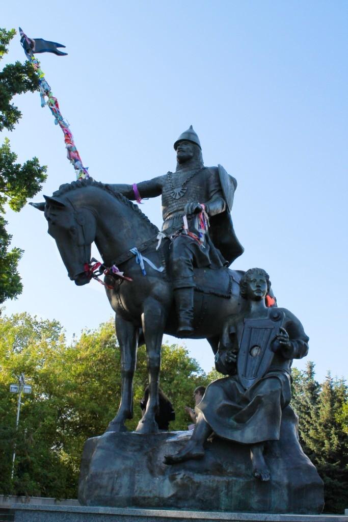 Памятник воину Пересвету и сказителю Бояну
